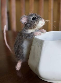 Ein wunderliches dennoch realistisch grau braun Maus erstellt von Wolle und Alpaka. Diese kleine Maus hat ein Drahtgestell, das ihm erlaubt, gestellt werden, und seine Hände können kleine Dinge halten. Er hält eine echte Beere auf dem Foto, die nicht enthalten ist. Sie können jedoch