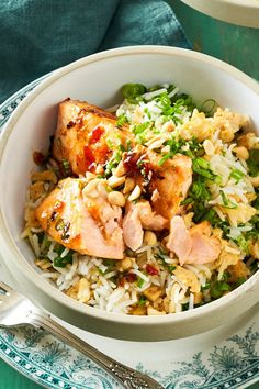 Schnelle Lachs-Bowl Tender salmon on spicy fried rice: The nimble fish is not only easy and quick to make, it also plays in the highest Asian taste league. Rice Recipes For Dinner, Vegetarian Recipes, Healthy Recipes, Free Recipes, Fried Rice, Chicken Recipes, Clean Eating, Easy Meals, Lunch