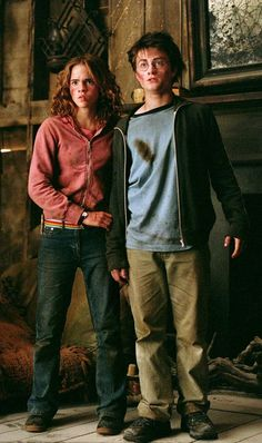 """Emma Watson as Hermione Granger & Daniel Radcliffe as Harry Potter - this is the Shrieking Shack scene from """"Harry Potter and the Prisoner of Azkaban. Blaise Harry Potter, Mundo Harry Potter, Harry James Potter, Harry Potter Cast, Harry Potter Characters, Harry Potter Universal, Harry Potter World, Harmony Harry Potter, Book Characters"""