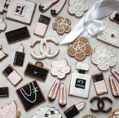 ✦⊱ɛʂɬཞɛƖƖą⊰✦ Sugar Cookie Frosting, Royal Icing Cookies, Cupcake Cookies, Chanel Birthday Party, Chanel Party, Chanel Cookies, Coco Chanel, Iced Biscuits, Christmas Sugar Cookies