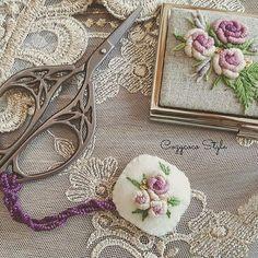 원데이수업때 받았던 #양모 #케시미어 원단을 사용해 만든 쏘잉소품!!! 사부님께 배운 새로운 스퇄 로즈를 피우다!! #embroidery #프랑스자수 #프랑스자수소품 #embroideryartist #needlework #handmade #handcraft #stitch #rosestitch #rose #cozycoco #니들케이스 #명함케이스 #코지코코프랑스자수 #코지코코 Sewing Case, Embroidery Patterns, Lace, Inspiration, Decor, Stuff Stuff, Dressmaking, Needlepoint, Needlepoint Patterns
