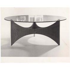 Ronde salontafel tz75, ontworpen door Werner Blaser voor de Spectrum collectie 1964-1973. De zitkamertafel is 39 cm hoog en heeft een glazen blad met een diameter van 90 of 110 cm. Het onderstel is van hout en kunststof (in wit of zwart). Catalogusnr. 136.
