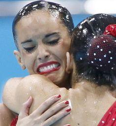 Las españolas Andrea Fuentes y Ona Ballesteros Carbonell tras conocer su puntuación en la final de dúo de natación sincronizada en la que han conseguido medalla de plata