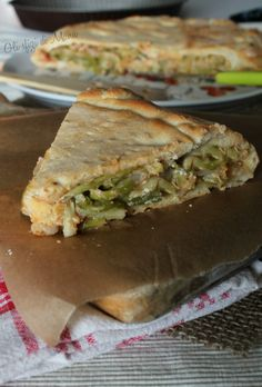 A typical calzone from Bari (Puglia), stuffed with sponsali that are a kind of small onions, stewed in a pan and enriched with olives and anchovies - Comida Faciles Quiche, Bari, Spanakopita, Antipasto, Italian Recipes, Stew, Sandwiches, Food And Drink, Olives