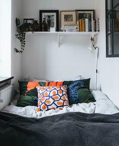 Dans ce petit studio le coin chambre a été placé entre deux mur pour optimiser l'espace mais pour permettre aussi de s'isoler facilement avec un paravant.
