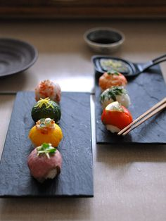 Japanese Temari Sushi bet you can't eat just one! Sushi Recipes, Asian Recipes, Cooking Recipes, Sushi Comida, Sushi Food, Temari Sushi, Cute Food, Yummy Food, Japanese Food Sushi