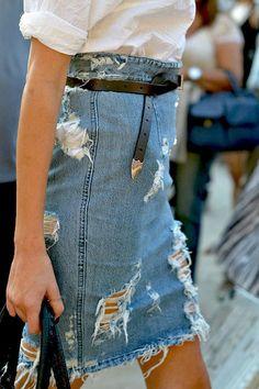 Après le slim destroy et le jean boyfriend déchiré, voici la jupe en denim férocement égratignée...