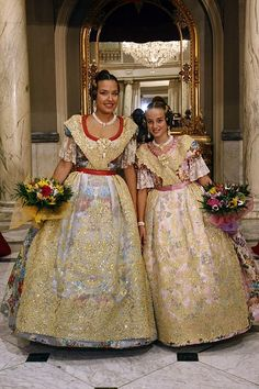 spanish folk costumes   This is how a traditional Valencian dresses look like. Every year in ...