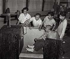 Ellos construyeron este simulador durante el curso de aviación en la Escuela Superior Weequahic de Newark, Nueva Jersey, julio de 1942. Fotógrafo desconocido.