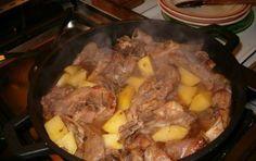 Spezzatino di agnello con patate - Lo spezzatino di agnello con patate è un secondo piatto da preparare per il pranzo di Pasqua. Si prepara tagliando a pezzi l'agnello da insaporire con il burro, per poi cuocere la carne al forno con cipolla, aglio e rosmarino, e patate a pezzetti.