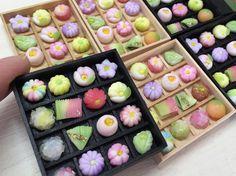 いいね!328件、コメント13件 ― こるはさん(@kasuga_maru)のInstagramアカウント: 「先月仕上げた木箱入りの和菓子のミニチュアです☆ #miniature #miniaturefood #fakefood #fakesweets #dollhouse #ミニチュア#フェイクフード…」