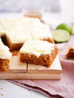 Vegan eller inte, den här morotskakan utan animaliska produkter är LIVET! Den mjuka kakan är såå saftig och porös och frostingen är bara galet len och härlig. Det här receptet har jag spenderat massor med tid med, enda sen i somras när jag bestämde m