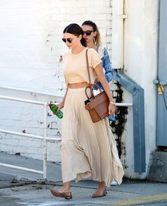 Miranda Kerr Style Nude crop top with pleated skirt summer outfits - Rock Estilo Miranda Kerr, Miranda Kerr Street Style, Miranda Kerr Fashion, Miranda Kerr Outfits, Fashion Images, Look Fashion, Fashion Outfits, Fashion Tips, Fashion Bloggers