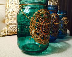 This mason jar lantern is hand-painted and is inspired by the beauty of henna art. Makes a lovely gift! Size: half-pint Colors(as pictured in