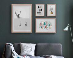 Winterliches Interieur mit weihnachtlicher Galleriewand und Wohnaccessoires