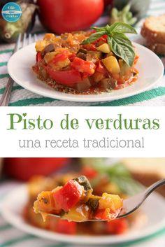 El pisto de verduras es una receta tradicional de la cocina española. Contiene verduras , como la berenjena, el calabacín, el pimiento rojo, la cebolla, el ajo…Puedes comerlo como un plato único o como un acompañamiento. Nosotros lo comemos solo o con un huevo frito. Esta mezcla de verduras es perfecta para comer, almorzar o cenar. Es una receta muy nutritiva, fácil de preparar y rica.