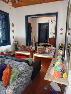 Interior de casa de campo, com materiais, cores e objetos bem nordestinos