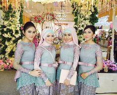 Kebaya : /ke·ba·ya/ baju perempuan Indonesia bagian atas, berlengan panjang…