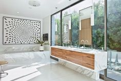 Casa moderna en Beverly Hills, Los materiales utilizados en la casa mantuvieron en tonos naturales y suaves con el fin de ofrecer tranquilidad..