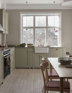 Nordiska Kök - The Classic Shaker kitchen is the natural heart of this beautiful home. Handpainted in a pale sage green color, with a limestone countertop. Farmhouse Style Kitchen, Kitchen Dining, Kitchen Decor, Kitchen Cabinets, Nordic Kitchen, Kitchen Oven, Green Cabinets, Farmhouse Sinks, Open Kitchen