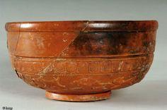 Bol en céramique sigillée de type Drag 37 avec scènes de chasse, Gonesse (Val d'Oise), 2004.Antiquité
