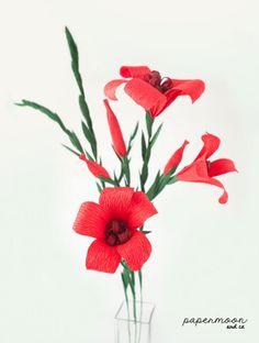Flores rojas de papel crepe