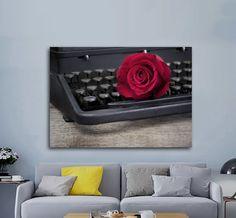 Πίνακας σε καμβά, τελαρωμένος – έτοιμος για τοποθέτηση   Εκτύπωση θέματος με ψηφιακή εκτύπωση σε καμβά 100% βαμβακερό  Τελάρο κουτί 4,5 cm Vintage Typewriters, Red Roses