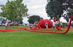 """Construido en 2016 en Ponta Delgada, Portugal. Imagenes por Moradavaga, Rui Soares. A convite da organização do festival artístico Walk&Talk, na sua 6ª edição, a Moradavaga concebeu """"Vernie"""", uma peça site-specific interactiva...  http://www.plataformaarquitectura.cl/cl/798311/vernie-moradavaga?utm_medium=email&utm_source=Plataforma%20Arquitectura"""