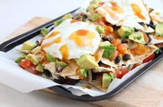Breakfast nachos make a perfect weekend brunch! Homemade tortilla chips with black beans, cheese, avocado and a fried egg - remember to make the yolk runny! Father's Day Breakfast, Breakfast Nachos, Breakfast For A Crowd, Breakfast Ideas, Avocado Breakfast, Breakfast Healthy, Omelettes, Vegetarian Recipes, Cooking Recipes