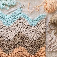 Los colores y forma de esta alfombra me tienen completamente . Mide 0.70 m. De ancho, y llegará a medir 2 metros de largo. Pronto os la enseño acabada, feliz Juernes!!! #susimiu #ripple #pastel #crochetlovers #crochet #craft #handmade #love #cute