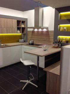 #dankuchen moderne keuken met warme kleuraccenten. Achterwand in gelijke kleur als werkblad. #eiland #bar