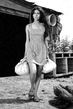 1976-MECHE CARREÑO, A SUS 24 AÑOS, YA ERA TODO UN SÍMBOLO SEXUAL EN EL CINE MEXICANO, Y PROTAGONIZABA LA PELÍCULA LA SANGRE ENEMIGA, DONDE DIO VIDA A 'SILVIA'. me falta tener mas largo el pelo