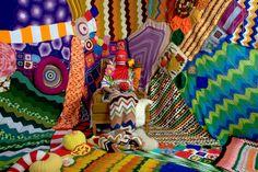 Sarah Moli Newton Applebaum, cria instalações a partir de bocados de peças em tricot e crochet, trabalhando um mundo familar e estranho ao mesmo tempo. Espreitem!