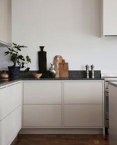 Nordic Kitchen - Nordic Kitchen - Light gray in frame minimalist kitchen with a . - Nordic Kitchen – Nordic Kitchen – Light gray in frame minimalist kitchen with a limestone count - Nordic Kitchen, Scandinavian Kitchen, New Kitchen, Kitchen Decor, Scandinavian Design, Condo Kitchen, Kitchen Hair, Kitchen Island, Kitchen Ideas