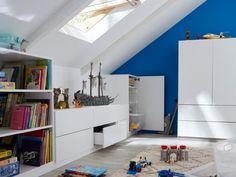 Combles : une salle de jeux pour les enfants Large Bedroom, Master Bedroom, Low Bookcase, Roof Window, Attic Rooms, Extra Rooms, Family Kitchen, Bedroom Office, Office Decor