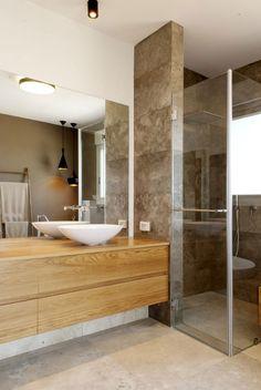 Bad mit Dusche und Waschuntertisch aus Massivholz