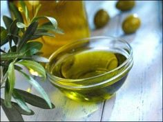 There is hardly anyone who does not like olive oil. The oil, extracted from olives is replete with nutrients and also offers antioxidant benefits. For centuries, olive oil has been an integral part of Mediterranean diet. Home Remedies For Psoriasis, Psoriasis Cure, Olive Oil Hair, Hair Oil, Olive Oils, Natural Facial, Natural Skin, Natural Beauty, Honey Facial