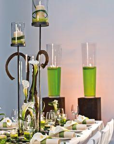 """Tischdekoration mit Calla - Diese Tischdekoration wurde von Blickfang nach den Wünschen unserer Leser gestaltet: """"Wunderschön stelle ich mir meine Tischdeko mit einzelnen, weißen Calla, Efeu und mattem, silbernen Draht sowie grauen Kieselsteinen vor. Ob dazu dicke, hell cremefarbene Kerzen in unterschiedlichen Größen oder Stabkerzen besser passen, da sind wir noch unschlüssig."""""""