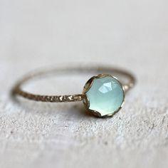 Anillo de piedras preciosas de calcedonia azul
