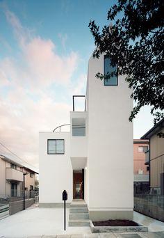 Das 'House K' der Hiroyuki Shinozaki Architekten ist ein Duplex-Haus in einer ruhigen Wohngegend eines Vororts von Tokio. Das Hauses soll Raum für zwei Familien bereitstellen. Dabei ist es nicht einfach in zwei separate Bereiche unterteilt, sondern besteht aus gemeinsamem Wohnraum und getrennten Privaträumen. Die verschiedenen Räume sind durch einen Flur miteinander verbunden. Insgesamt besteht das Haus aus drei Teilen aus einer Holzform, einem Betonwürfel und einem Korridor, der diese…