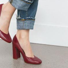 Phong cách thời trang sành điệu với giày cao gót đế loe