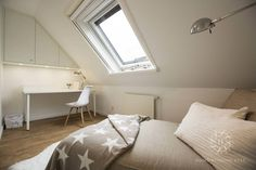 Minimal but beautiful modern bedroom in an attic space. By Home Staging Sylt