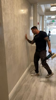 Creative Wall Painting, Wall Painting Decor, Home Room Design, Bathroom Interior Design, Photo Arrangements On Wall, Painting Textured Walls, Venetian Plaster Walls, Feature Wall Design, Interior Columns