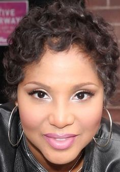 I just <3 Toni Braxton! and her makeup is gorgeous too.
