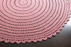 V dnešním článku najdete návod zdarma na háčkované prostírání. Háčkování je jednoduché, není potřeba znát složité vzory a tak jej zvládne i začátečník. Free Pattern, Crochet Patterns, Crochet Ideas, Rugs, Diy, Home Decor, Easter, Tutorials, Crocheting Patterns