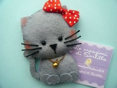 A sweet little cat rescue . Felt Fabric, Fabric Art, Fabric Crafts, Sewing Toys, Sewing Crafts, Sewing Projects, Felt Decorations, Felt Cat, Felt Patterns