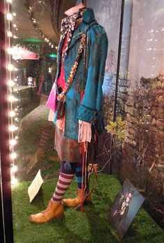 Johnny Depp's Mad Hatter costume from Alice in Wonderland. Mad Hatter Cosplay, Mad Hatter Costumes, Mad Hatter Outfit, Mad Hatter Makeup, Johnny Depp Mad Hatter, Halloween Cosplay, Halloween Costumes, Halloween Ideas, Alice In Wonderland Costume
