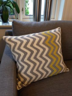 Ny pute! New pillow!  #hekletpute #crochetedpillow #hekle #crocheting #pute #pillow #duogarn #sandnesgarn #sikksakk #nordic