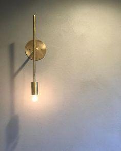 千senのブラケット。トイレに取り付けました。壁はポーターズペイントです。(完全にお施主様のセンスです。) とてもとても綺麗だったので、この組み合わせはオススメです!! #グランハウス#一級建築士事務所#岐阜 #照明#壁付け照明#ブラケット#ランプ #ブラケットライト#はだか電球#電球#階段照明 #おしゃれな照明#間接照明#真鍮#真鍮照明 #真鍮アクセサリー #千sen#千#インテリア #インテリア照明#インテリア小物#あかり #アンティーク家具#トイレ照明#おしゃれハウス #デザイン住宅#デザイナーズハウス#玄関照明 Interior Lighting, Modern Lighting, Lighting Design, Room Lights, Wall Lights, Yellow Houses, Condo Decorating, Home Decor Inspiration, Modern Interior