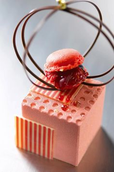 Cube sucré, Philippe Bertrand et Martin Diez #fooddesign #pink #macaron #patisserie - Carefully selected by Gorgonia www.gorgonia.it